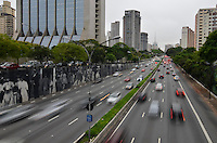 SAO PAULO, SP, 22.10.2013 – TRÂNSITO EM SÃO PAULO: Trânsito na Av. 23 de Maio, próximo ao Parque do Ibirapuera, zona sul de São Paulo na tarde desta terça feira. Foto: Levi Bianco - Brazil Photo Press.