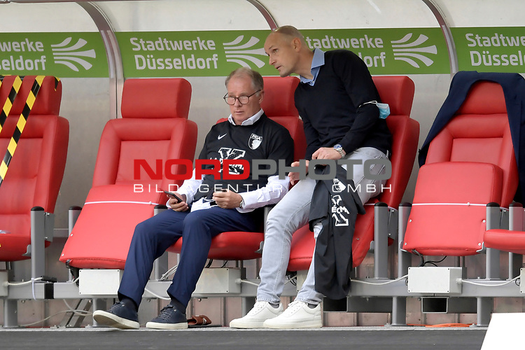 Stefan REUTER (Manager FC Augsburg) und Heiko HERRLICH  (Trainer FC Augsburg) nach Spielende und mit T-Shirts la Decima zum Klassenerhalt.<br />