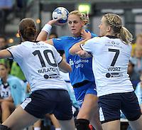 Handball Frauen Champions League 2013/14 - Handballclub Leipzig (HCL) gegen RK Krim Ljubljana am 13.10.2013 in Leipzig (Sachsen). <br /> IM BILD: Maura Visser (M., HCL) gegen Andjela Bulatovic (l., Krim) und Nina Christin Wörz / Woerz (r., Krim)<br /> Foto: Christian Nitsche / aif