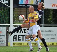 KVC Wingene - KSC Wielsbeke : Lieven Cnudde aan de bal voor James Lahousse (rechts)<br /> foto VDB / Bart Vandenbroucke