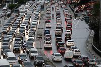 SÃO PAULO, SP, 04.11.2015 - TRANSITO-SP - Trânsito intenso no Viaduto Júlio de Mesquita Filho, sentido leste/oeste, no bairro da Bela Vista, região central de São Paulo, nesta quarta-feira, 04. (Foto: Vanessa Carvalho/Brazil Photo Press)