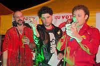 SÃO PAULO-SP-23,10,2014- ATO/INTERVENÇÃO POLÍTICA BONDE VALENTE -Dj Tutu Moares recebe:LIRINHA;CATARINA DEE JAH<br /> FABIO TRUMMER;BÁRBARA EUGENIA;RAFAELLA E O COCO MACUMBO/ Militantes do Partido dos Trabalhadores durante intervenção política no Largo da Batata.Região Oeste da cidade de São Paulo,na noite dessa Quinta-Feira,23(Foto:Kevin David/Brazil Photo Press)