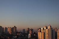 SÃO PAULO, SP, 09/03/2012, CLIMA TEMPO.<br /> <br /> Mais um dia de sol em São Paulo, a baixa umidade do ar deixa uma camada de poluição no horizonte.<br /> <br />  Luiz Guarnieri/ Brazil Photo Press