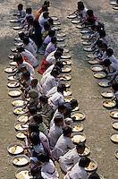 INDIA Sundarbans, free school lunch for children in village school of Ramakrishna Ashram/ INDIEN Sundarbans, kostenlose Schulspeisung fuer Kinder in Schule des Ramakrishna Mission