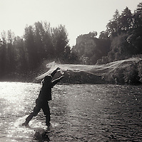 Europe/France/Midi-Pyrénées/46/Lot/Vallée de la Dordogne/Env Lacave: Pêche à l'épervier devant le château de Belcastel<br /> PHOTO D'ARCHIVES // ARCHIVAL IMAGES<br /> FRANCE 1990