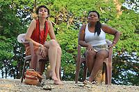 Oriximina.<br /> Foto Paulo Santos<br /> 2016 Conflitos e Pressão no território quilombola de Oriximiná <br /> <br /> As comunidades remanescentes do  quilombo de Oriximiná são formadas por 37 comunidades distribuídas em oito territórios, sendo que quatro deles são titulados, um está parcialmente titulado e três ainda esperam a titulação, sendo que esses últimos se encontram sobrepostos a áreas de conservação, o que dificulta o processo.  <br /> A titulação dessas terras quilombolas tem sido extremamente lenta, estando tramitando no INCRA e ITERPA desde inicio dos anos 2000. Existe no momento uma expectativa que isso mude, uma vez que em Fevereiro de 2015 o Tribunal Regional Federal da 1a Região em Santarém deu um prazo de 2 anos para que o governo federal conclua a titulação das terras do Alto Trombetas e em Maio de 2016 o TRF-1 confirmou essa decisão. No entanto, até Setembro de 2016 o cenário continua o mesmo.