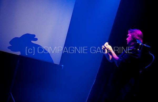 Belgian shadowgraphy performer Hans Davis in Leuven (Belgium, 24/09/2010)