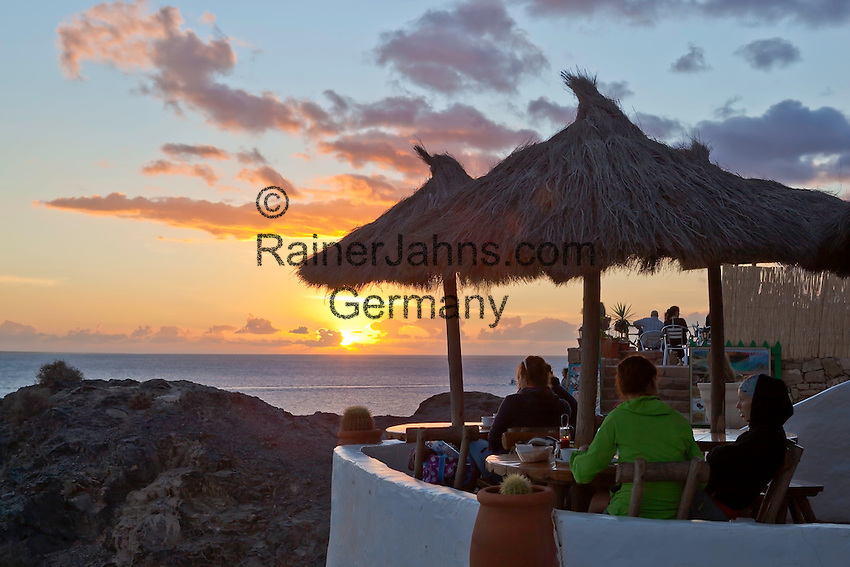 Spain, Canary Island, Lanzarote, bei Playa Blanca: Sunset over cafe at Playa del Papagayo | Spanien, Kanarische Inseln, Lanzarote, bei Playa Blanca: Sonnenuntergang und Cafe am Playa del Papagayo