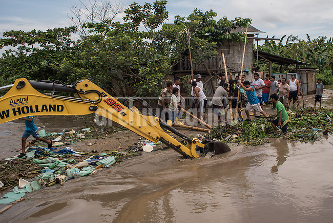 Vecinos y maquinaria municipal tratan de destapar el canal para combatir la inundacion. El virus del Sika como otras enfermedades transmitidas por picaduras de mosquito est&aacute;n directamente relacionadas con la pobreza. En Machala, Ecuador,  un grupo de cient&iacute;ficos de Upstate New York Medical University investigan el comportamiento de estas enfermedades de transmision vectorial lo confirman. Es evidente, como en toda la Am&eacute;rica Latina, los sectores m&aacute;s empobrecidos est&aacute;n totalmente expuestos e indefensos a estas enfermedades que brotan con mayor fuerza despues de las intensas lluvias y otros desastres naturales.The Sika virus as other diseases transmitted by mosquitos are directly related to poverty. In Machala, Ecuador, a group of scientists from Upstate New York Medical University investigate the behavior of these diseases. It is evident, as in all of Latin America, that the most impoverished sectors are exposed and defenseless to these diseases, which emerge more strongly after intense rains and other natural disasters.<br /> The Sika virus as other diseases transmitted by mosquitos are directly related to poverty. In Machala, Ecuador, a group of scientists from Upstate New York Medical University investigate the behavior of these diseases. It is evident, as in all of Latin America, that the most impoverished sectors are exposed and defenseless to these diseases, which emerge more strongly after intense rains and other natural disasters.
