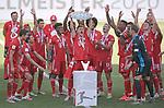 27.06.2020, Fussball: nph00001 1. Bundesliga 2019/2020, 34. Spieltag, VfL Wolfsburg - FC Bayern Muenchen, in der Volkswagen-Arena Wolfsburg. Siegerehrung nach dem Spiel: Der FC Bayern MŸnchen feiert den Gewinn der 30. Deutschen Meisterschaft. Joshua Kimmich (mi., Bayern MŸnchen) mit der Schale<br /><br />Foto: Bernd Feil/M.i.S./ /Pool/nordphoto<br /><br />Nur fŸr journalistische Zwecke! Only for editorial use! <br /><br />GemŠ§ den Vorgaben der DFL Deutsche Fussball: nph00001 Liga ist es untersagt, in dem Stadion und/oder vom Spiel angefertigte Fotoaufnahmen in Form von Sequenzbildern und/oder videoŠhnlichen Fotostrecken zu verwerten bzw. verwerten zu lassen. DFL regulations prohibit any use of photographs as image sequences and/or quasi-video.    <br /><br />National and international NewsAgencies OUT.