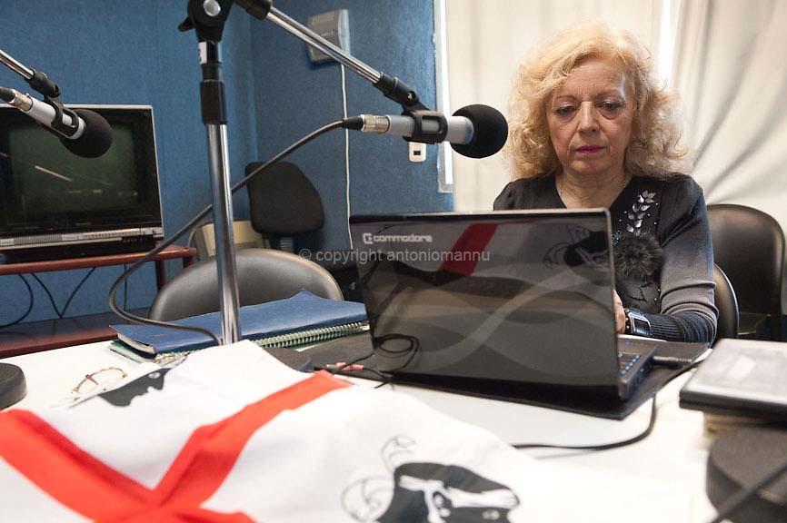 Domìniga 8 de maju de su 2011 Buenos Aires (Argentina) <br /> Teresa Fantasia est de ratza Patadesa. Faghet dae medas annos una trasmissione radiofònica dedicada totu a sa Sardigna e a sa comunidade sarda in Argentina. Inoghe est retratada in intro de s'istùdiu radiofònicu; dae inoghe andat in onda sa trasmissione, ammaniada e mandada a dae in antis gràtzias a s'impinnu suo.<br />  <br /> Domenica 8 maggio 2011 Buenos Aires (Argentina) <br /> Teresa Fantasia è originaria di Pattada. Si occupa da diversi anni di realizzare una trasmissione radiofonica interamente dedicata alla Sardegna e alla comunità sarda in Argentina. Qui è ritratta all'interno dello studio radiofonico da cui va in onda la trasmissione, interamente realizzata e sostenuta dal suo impegno.<br />  <br /> Sunday 8th May 2011 Buenos Aires (Argentina) <br /> Teresa Fantasia is originally from Pattada. She has been working for many years towards the realisation of a radio broadcast entirely dedicated to Sardinia and the Sardinian community in Argentina. Here she is portrayed inside the radio studio from which the broadcast airs, fully realised and supported by her commitment.