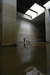 AMSTERDAM - In Amsterdam neemt op dertig meter diepte een medewerker van projectbureau Noord/Zuidlijn een telefoontje aan tijdens controle van wateroverlast, in de betonnen startschacht voor de tunnelboormachine. Het zestig meter lange blok beton is tegenover het station gebouwd en in de grond gezonken na het wegspuiten van de bodem. Naar verwachting wordt volgend jaar hier de tunnelboormachine opgebouwd die dwars door de muur en de Amsterdamse bodem zijn metrolijn gaat boren. ANP PHOTO COPYRIGHT TON BORSBOOM