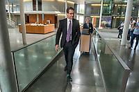 In einer nichtoeffentlichen Sondersitzung des Bundestagsausschuss fuer Verkehr und digitale Infrastruktur, am Mittwoch den 24. Juli 2019, berichtete Bundesverkehrsminister Andreas Scheuer (CSU) dem Ausschuss ueber Vertragsinhalte und moegliche Schadensersatzansprueche im Hinblick auf Kuendigungen von Vertraegen zur Infrastrukturabgabe (MAUT) in Folge des Urteils des Europaeischen Gerichtshofs (EuGH). Das Verkehrsministerium hatte, noch bevor die Einfuehrung der MAUT rechtsgueltig haette werden koenne, millionenschwere Vertraege mit Firmen abgeschlossen.<br /> Im Bild: Verkehrsminister Scheuer (vorne) auf dem Weg zur Sitzung. Hinter ihm ein Mitarbeiter mit einem Rollwagen, auf dem Aktenordner mit den Vertraegen sind.  <br /> 24.7.2019, Berlin<br /> Copyright: Christian-Ditsch.de<br /> [Inhaltsveraendernde Manipulation des Fotos nur nach ausdruecklicher Genehmigung des Fotografen. Vereinbarungen ueber Abtretung von Persoenlichkeitsrechten/Model Release der abgebildeten Person/Personen liegen nicht vor. NO MODEL RELEASE! Nur fuer Redaktionelle Zwecke. Don't publish without copyright Christian-Ditsch.de, Veroeffentlichung nur mit Fotografennennung, sowie gegen Honorar, MwSt. und Beleg. Konto: I N G - D i B a, IBAN DE58500105175400192269, BIC INGDDEFFXXX, Kontakt: post@christian-ditsch.de<br /> Bei der Bearbeitung der Dateiinformationen darf die Urheberkennzeichnung in den EXIF- und  IPTC-Daten nicht entfernt werden, diese sind in digitalen Medien nach §95c UrhG rechtlich geschuetzt. Der Urhebervermerk wird gemaess §13 UrhG verlangt.]