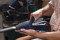 Europe/France/Aquitaine/24/Dordogne/Varaignes:Musée  des Paysans-Tisserands et des  Pantoufliers- Fabrication artisanale  des pantoufles charentaises- le Retournage remise à l'endroit de la pantoufle cousue à l'envers