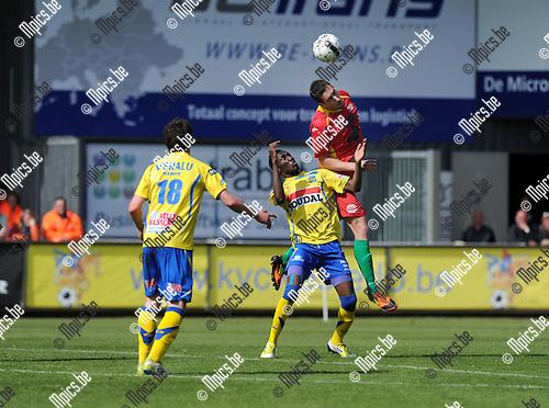 2013-04-28 / Voetbal / seizoen 2012-2013 / Westerlo-Oostende / William Owusu (Westerlo) verliest het kopduel..Foto: Mpics.be