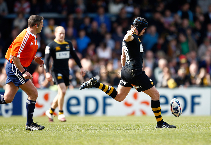 Photo: Richard Lane/Richard Lane Photography. London Wasps v Gloucester Rugby. Amlin Challenge Cup Quarter Final. 11/04/2010. Wasps' Danny Cipriani kicks.