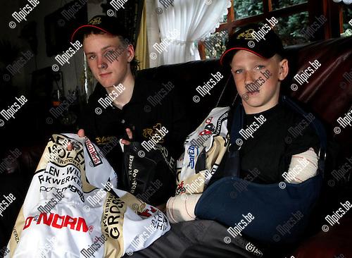 2010-04-13 / Wielrennen / Jordi De Rijck kwam er met schaafwonden en een vernielde outfit vanaf. Zijn broer Roy (r) had minder geluk en liep enkele breuken op...Foto: mpics