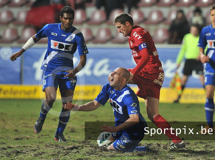 KV Kortrijk - AA Gent : Nebojsa Pavlovic in duel met Christophe Lepoint (midden) voor Renato Neto (links).foto VDB / BART VANDENBROUCKE
