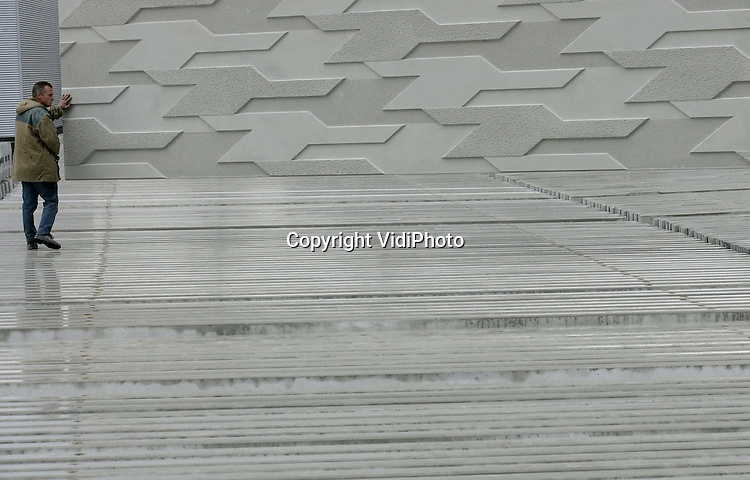 Foto: VidiPhoto..DODEWAARD - Voor het geluidsscherm langs de A2 bij Den Bosch levert Romein Beton uit Dodewaard ruim 2500 bijzondere panelen. De elementen hebben een Escher-achtige uitstraling. In de panelen is de vorm van een vogel zichtbaar. Bij de Dodewaardse betonfabriek is de productie deze week in volle gang. Eind 2008 moet het geluidsscherm, over een lengte van ongeveer 10 kilometer, geplaatst zijn. Inmiddels is ook de opdracht voor een geluidsscherm langs de A2 tussen Holendrecht en Maarssen voor 2009 binnengesleept. Opdrachtgever is Holland Scherm.
