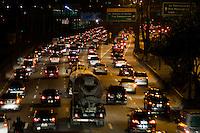 SÃO PAULO-SP-06,08,2014-TRÂNSITO/CAPITAL SP - MARGINAL PINHEIROS - O motorista segue com lentidão na Marginal Pinheiros sentido Interlagos,região oeste da cidade de São Paulo,na noite dessa quarta-feira,06 (Foto:Kevin David/Brazil Photo Press)