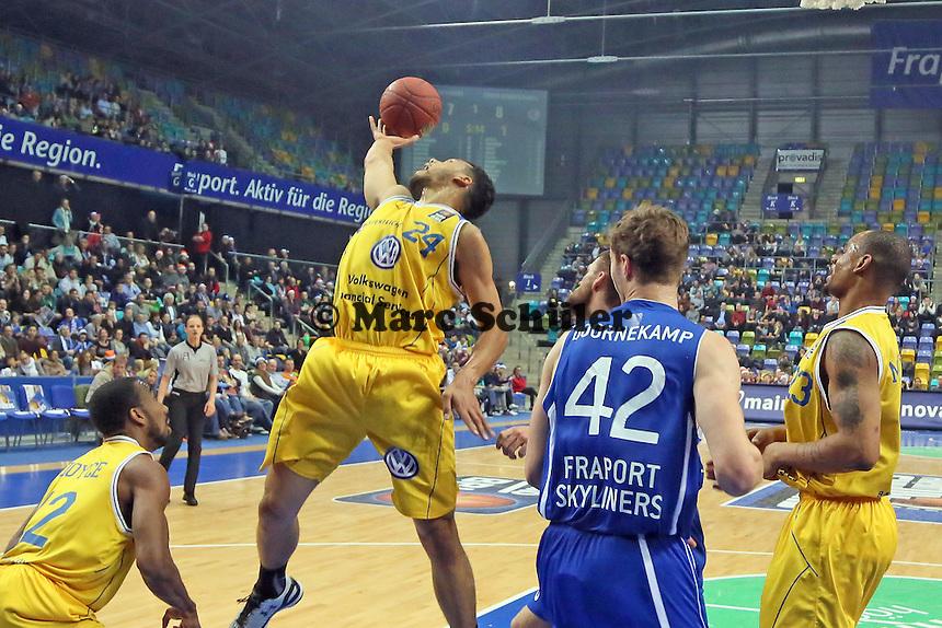 Trent Lockett (Braunschweig) holt den Rebound - Fraport Skyliners vs. Loewen Braunschweig, Fraport Arena Frankfurt