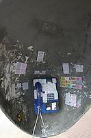 FOTO EMBARGADA PARA VEICULOS INTERNACIONAIS. SAO PAULO, SP, 12/12/2012, DEPREDAÇÃO. Vários telefones publicos da região central de São Paulo estão depredados, na foto o telefone da Praça da Republica.  Luiz Guarnieri/ Brazil Photo Press