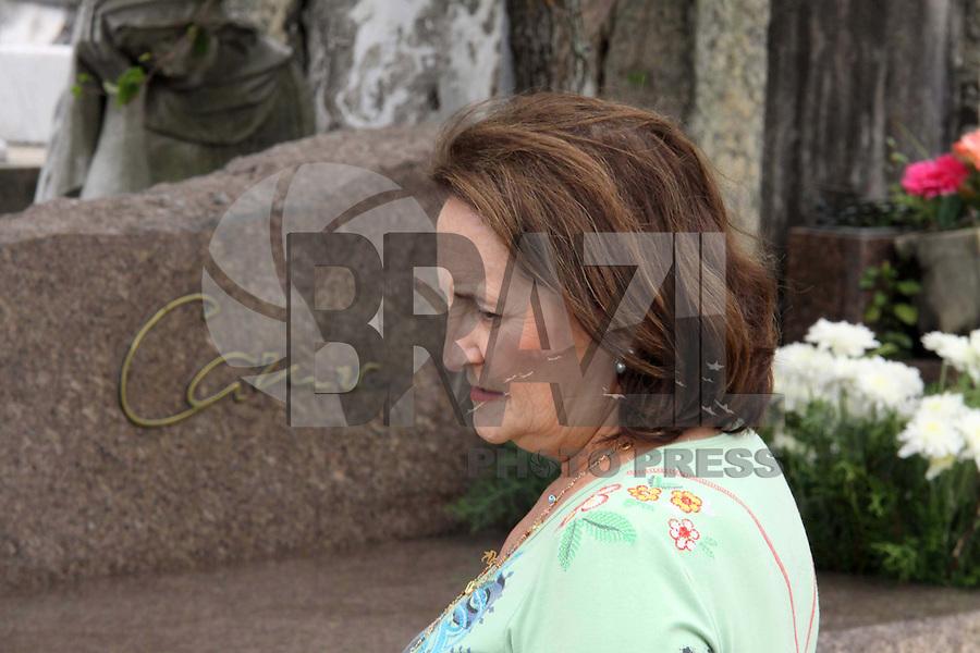 RIO DE JANEIRO01, DE  NOVEMBRO DE 2011 - Lucinha Araujo,  mãe do Cantor Cazuza- Movimentação que  antecede o dia  de  finados,  no Cemitério São  João  batista  considerado a  maior  necrópole.Foto: Guto Mia/ News Free