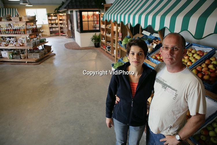 Foto: VidiPhoto..AFFERDEN - Chris en Christel van der Zandt in hun landwinkel in Afferden.