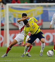 TEMUCO - CHILE – 21-04-2015: James Rodriguez (Der.) jugador de Colombia, disputa el balón con Josepmir Ballon (Izq.) jugador de Peru, durante partido Colombia y Peru, por la fase de grupos, Grupo C, de la Copa America Chile 2015, en el estadio German Becker en la Ciudad de Temuco  / James Rodriguez (R) player of Colombia, vies for the ball with Josepmir Ballon (L) player of Peru, during a match between Colombia and Peru, for the group phase, Group C, of the Copa America Chile 2015, in the German Becker stadium in Temuco city. Photos: VizzorImage /  Photosport / Alejandro Zuñez / Cont.