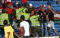 CALI - COLOMBIA- 16-06-2013: Hinchas del America pelean durante partido en la tribuna del estadio Pascual Guerrero de la ciudad de Cali, junio 16 de 2013. America y Llaneros F.C  disputan partido de la cuarta fecha por el torneo Postobon. (Foto: VizzorImage (Juan C Quintero / Str) America fans fight during game in the bleachers of the Pascual Guerrero stadium in Cali, June 16, 2013. America and Llaneros FC in a match for the fourth round match of the tournament Postobón. (Photo: VizzorImage / Juan C Quintero / Str)