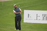 Pablo Larrazabal (ESP) chips onto the 1st green during Thursday's Round 1 of the 2014 BMW Masters held at Lake Malaren, Shanghai, China 30th October 2014.<br /> Picture: Eoin Clarke www.golffile.ie