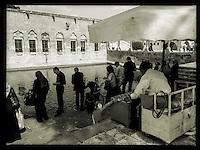 Strassenszene in der tuerkischen Stadt Sanliurfa nahe der Grenze zu Syrien. Besucher des Stadtpark fuettern Fische im kuenstlich angelegten Wasserbecken Balikligoel.<br /> 15.10.2015, Sanliurfa/Tuerkei<br /> Copyright: Christian-Ditsch.de<br /> [Inhaltsveraendernde Manipulation des Fotos nur nach ausdruecklicher Genehmigung des Fotografen. Vereinbarungen ueber Abtretung von Persoenlichkeitsrechten/Model Release der abgebildeten Person/Personen liegen nicht vor. NO MODEL RELEASE! Nur fuer Redaktionelle Zwecke. Don't publish without copyright Christian-Ditsch.de, Veroeffentlichung nur mit Fotografennennung, sowie gegen Honorar, MwSt. und Beleg. Konto: I N G - D i B a, IBAN DE58500105175400192269, BIC INGDDEFFXXX, Kontakt: post@christian-ditsch.de<br /> Bei der Bearbeitung der Dateiinformationen darf die Urheberkennzeichnung in den EXIF- und  IPTC-Daten nicht entfernt werden, diese sind in digitalen Medien nach &sect;95c UrhG rechtlich geschuetzt. Der Urhebervermerk wird gemaess &sect;13 UrhG verlangt.]