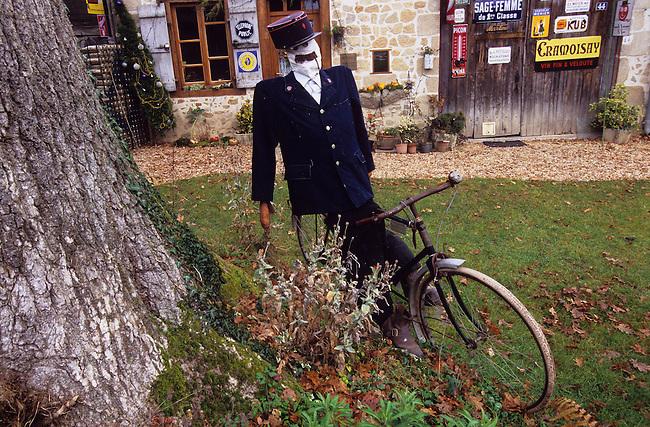 Epouvantail dans un village. *** Scarecrow in a village, France.