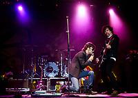 Leonardo de Lozanne ex vocalista de Fobia cantando con la banda de rock Concorde, durante el concurso de bandas llamado ENROLATE en el 2008.