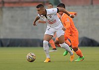 ENVIGADO -COLOMBIA-09-04-2015. Un jugador de Envigado FC disputa el balón con Cesar Quintero (Der) de Once Caldas durante partido por la fecha 14 de la Liga Águila I 2015 realizado en el Polideportivo Sur de la ciudad de Envigado./ A player of Envigado FC fights for the ball with Cesar Quintero (R) of Once Caldas during match for the 14th date of the Aguila League I 2015 at Polideportivo Sur in Envigado city.  Photo: VizzorImage/León Monsalve/STR