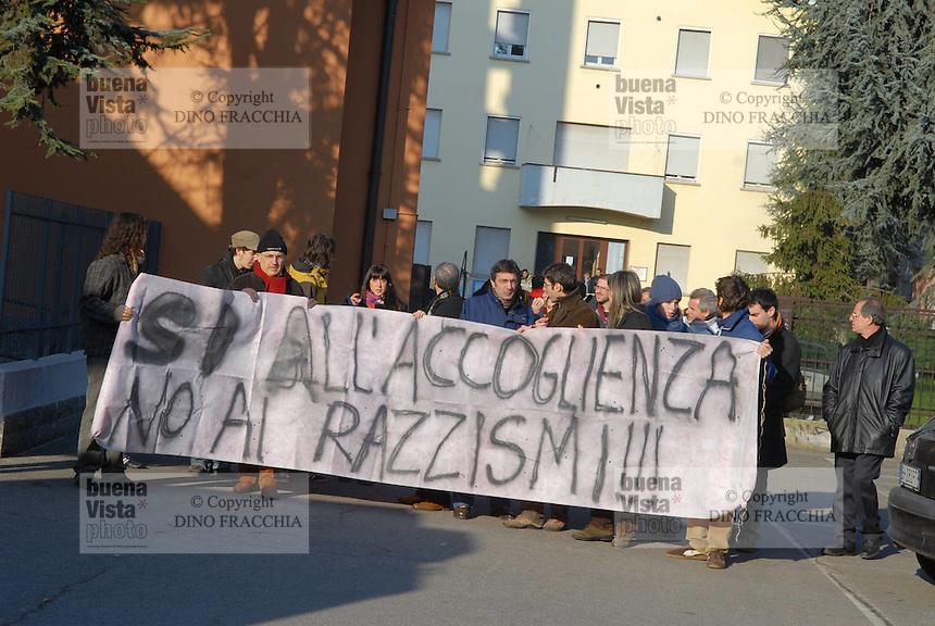 - manifestazione in favore di un gruppo di nomadi Rom le cui tende sono state distrutte da facinorosi razzisti....- manifestation in favour of a Rom nomads group whose tents has been destroyed by violent racists