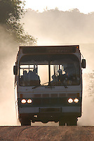 Ex-funcionários da Pagrisa saem da empresa  de ônibus e chegam a Ulianópolis após receberem as devidas indenizações.<br /> <br /> A empresa do setor sucroalcooleiro foi autuada pelo Ministério do Trabalho acusada de manter mil trabalhadores em condições análogas a do  trabalho escravo aconteceu durante fiscalização do grupo móvel que chegou a empresa através de denúncias.<br /> <br /> Formado por seis auditores, um procurador e cinco agentes da polícia federal, o grupo móvel constatou, de acordo com Humberto Célio coordenador da operação, que os trabalhadores eram submetidos a jornada excessiva de trabalho,  atraso de salários, alojamentos superlotados, esgotos a céu aberto entre outros problemas configurando a trabalho análogo ao escravo.<br /> Ulianópolis, Pará, Brasil.<br /> Foto Paulo Santos<br /> 04/07/2007