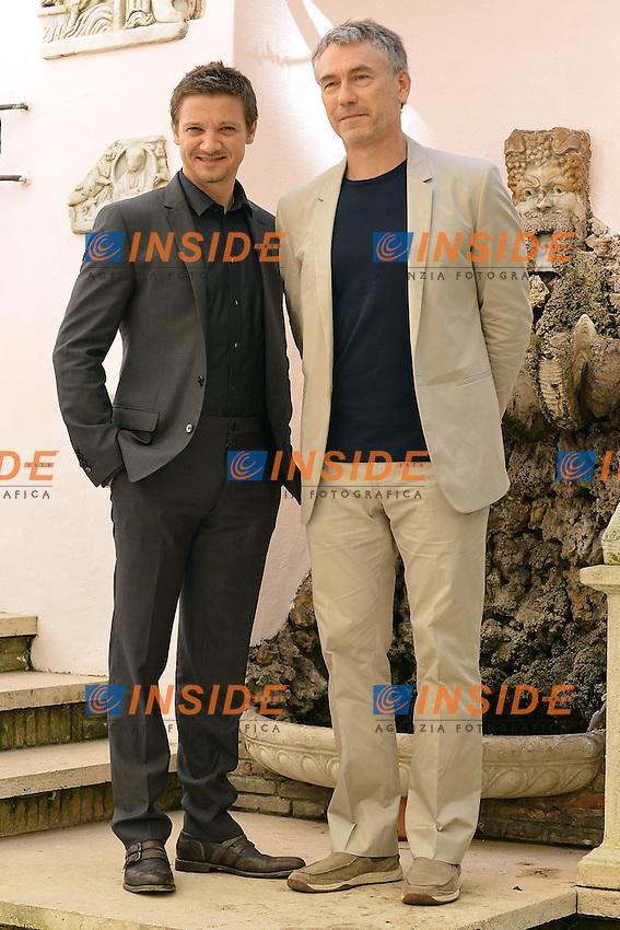 """L'attore Jeremy Renner (S) e il regista Tony Gilroy durante il photocall del film """"The Bourne Legacy"""", presso l'hotel Hassler, Roma, oggi 16 Luglio 2012. .Foto Insidefoto / Antonietta Baldassarre"""