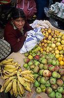 Amérique/Amérique du Sud/Pérou/Lima : Marché de Surquillo - Marchande de fruits : bananes et pommes