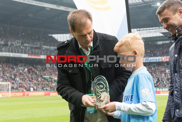 16.05.2015, Weser Stadion, Bremen, GER, EWE CUP 2015 - E Jugend Finale - SG GW Harburg vs SV Holdorf, im Bild<br /> <br /> Klaus Filbry (Gesch&auml;ftsf&uuml;hrer Werder Bremen) &uuml;berreicht an Luca Weigelt (SV Holdorf) den Pokal f&uuml;r den besten Torsch&uuml;tzen des Turniers - re Peter G&ouml;ttelmann (Marketingleiter EWE)<br /> <br /> Foto &copy; nordphoto / Kokenge