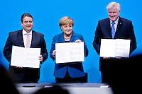Bundeswirtschaftsminister und Vizekanzler Sigmar Gabriel (SPD), Bundeskanzlerin Angela Merkel (CDU) und Bayerns Ministerpraesident Horst Seehofer (CSU) unterzeichnen am Montag (16.12.13) in Berlin den Koalitionsvertrag.<br /> Foto: Axel Schmidt/CommonLens<br /> <br /> Berlin, Germany, politics, Deutschland, 2013, Gro&szlig;e Koalition, Groko, Koalition, SPD, Koalitionsvertrag, Unterzeichnung, signing