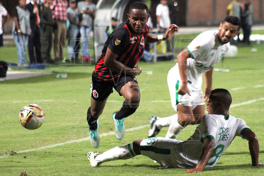 CUCUTA - COLOMBIA -08 -03-2015: Jonathan Palacios (Izq.) jugador de Cucuta Deportivo disputa el balón con Frank Fabra (Der.) jugador de Deportivo Cali, durante partido entre Cucuta Deportivo y Deportivo Cali por la fecha 8 de la Liga Aguila I-2015, jugado en el estadio General Santander de la ciudad de Cucuta.  / Jonathan Palacios (L) player of Cucuta Deportivo vies for the ball with Frank Fabra (R) player of Deportivo Cali, during a match between Cucuta Deportivo and Deportivo Cali for the date 8 of the Liga Aguila I-2015 at the General Santander Stadium in Cucuta city, Photo: VizzorImage / Manuel Hernandez / Str.