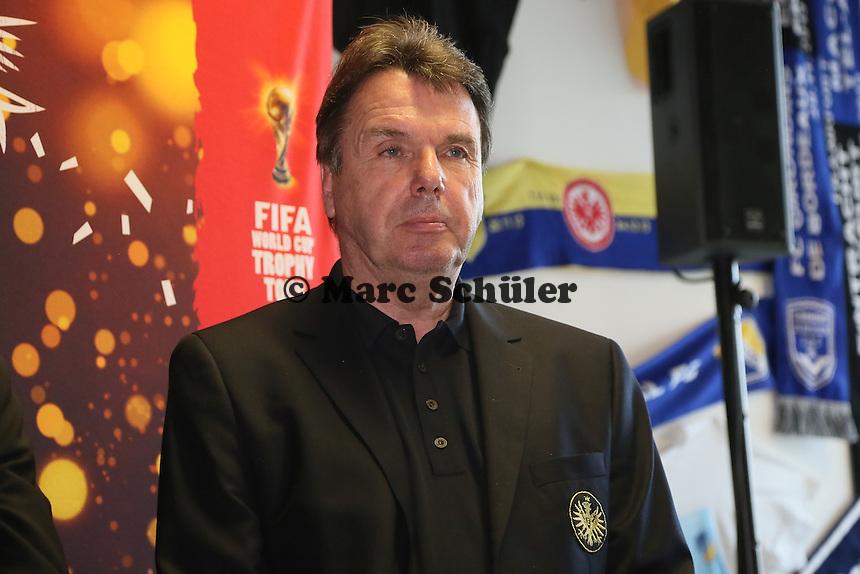 Vorstandsvorsitzender Heribert Bruchhagen bei der Verabschiedung des WM-Pokals nach Brasilien- Eintracht Frankfurt verabschiedet den WM Pokal