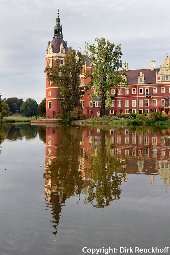 Neues Schloss und Schlossteich im F&uuml;rst P&uuml;ckler Park, Bad Muskau, Sachsen, Deutschland, Europa, UNESCO-Weltkulturerbe<br /> New Palace and palace pond in F&uuml;rst P&uuml;ckler Park, Bad Muskau, Saxony, Germany, Europe, UNESCO-World Heritage