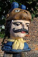 Schwedenkopf (alte Markierung der Fahrrinne) vor Baumhaus in Wismar, Mecklenburg-Vorpommern, Deutschland, UNESCO-Weltkulturerbe