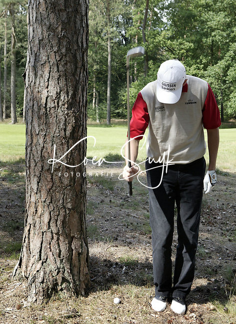 HILVERSUM - instructie met Maarten Lafeber . moeilijke ligging van de bal . COPYRIGHT KOEN SUYK