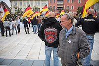"""Rechte demonstrieren in Bautzen gegen Fluechtlinge.<br /> Am Sonntag den 18. September 2016 versammelten sich im saechsischen Bautzen ca. 120 Rechte zu einem Kundgebung mit anschliessender Demonstration um gegen Fluechtlinge zu demonstrieren. Sie riefen Parolen gegen Fluechtlinge und gegen Angela Merkel und beschimpften Medienvertreter als """"Volksverraeter"""".<br /> Nach Aussagen von Anwohnern waren nur etwa 15 Teilnehmer aus Bautzen. Bautzener Rechtsextreme hatten zuvor aufgerufen, sich vorerst nicht an Demonstrationen zu beteiligen, bis ein von ihnen an die Stadtverwaltung gestelltes Ultimatum, zu Loesung der Fluechtlingsfrage verstrichen ist.<br /> Im Bild: Ein Veranstaltungsteilnehmer traegt eine Jacke auf der der Spruch """"Natuerliche Haerte - Geboren im Osten"""" und darunter ein Kampfhund abgebildet sind.<br /> 18.9.2016, Bautzen/Sachsen<br /> Copyright: Christian-Ditsch.de<br /> [Inhaltsveraendernde Manipulation des Fotos nur nach ausdruecklicher Genehmigung des Fotografen. Vereinbarungen ueber Abtretung von Persoenlichkeitsrechten/Model Release der abgebildeten Person/Personen liegen nicht vor. NO MODEL RELEASE! Nur fuer Redaktionelle Zwecke. Don't publish without copyright Christian-Ditsch.de, Veroeffentlichung nur mit Fotografennennung, sowie gegen Honorar, MwSt. und Beleg. Konto: I N G - D i B a, IBAN DE58500105175400192269, BIC INGDDEFFXXX, Kontakt: post@christian-ditsch.de<br /> Bei der Bearbeitung der Dateiinformationen darf die Urheberkennzeichnung in den EXIF- und  IPTC-Daten nicht entfernt werden, diese sind in digitalen Medien nach §95c UrhG rechtlich geschuetzt. Der Urhebervermerk wird gemaess §13 UrhG verlangt.]"""