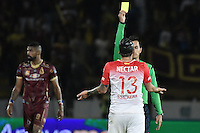 IBAGUÉ -COLOMBIA, 14-12-2016. Nicolas Gallo, árbitro, muestra la tarjeta amarilla a Sebastian Salazar de Santa Fe durante el encuentro de ida entre Deportes Tolima y Independiente Santa Fe por la final de la Liga Águila II 2016 jugado en el estadio Manuel Murillo Toro de Ibagué. / Nicolas Gallo, referee, shows the yellow card to Sebastian Salazar of Santa Fe during the first leg match between Deportes Tolima and Independiente Santa Fe for the final of the Aguila League II 2016 played at Manuel Murillo Toro stadium in Ibague city. Photo: VizzorImage/ Gabriel Aponte / Staff