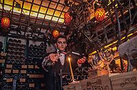 """Europe/France/Ile-de-France/Paris: """"BELLE-EPOQUE"""" - Restaurant """"La Tour d'Argent"""" - La cave sommelier décantant une bouteille [Non destiné à un usage publicitaire - Not intended for an advertising use]<br /> PHOTO D'ARCHIVES // ARCHIVAL IMAGES<br /> FRANCE 1990"""