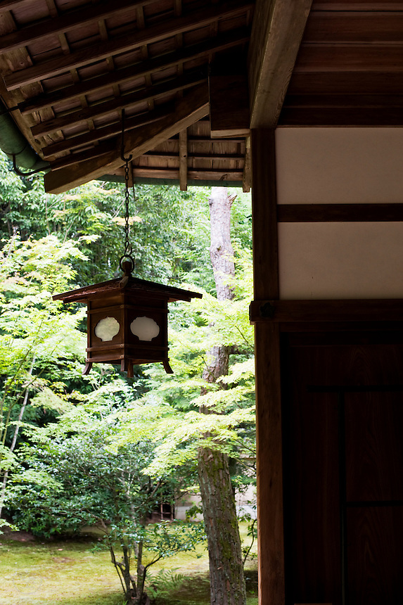 Detail of a lantern and the architecture of Koto-in Temple, a sub-temple of Daitoku-ji in Kyoto.